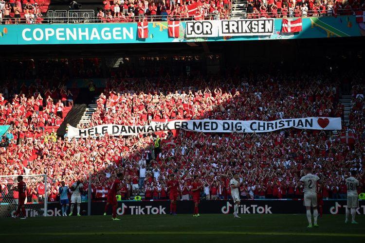 Laga Denmark vs Belgia pada lanjutan Grup B Euro 2020 di Stadion Parken, Kopenhagen, Jumat (18/6/2021) dini hari WIB, dihentikan sementara pada menit ke-10 untuk memberikan penghormatan kepada Christian Eriksen yang saat ini sedang menjalani perawatan usai kolaps di lapangan saat melawan Finlandia pekan lalu.