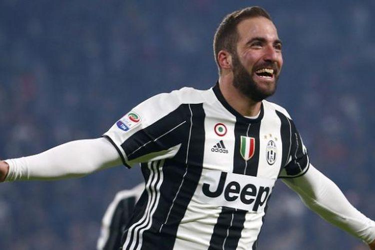 Striker Juventus, Gonzalo Higuain, merayakan gol ke gawang AS Roma dalam lanjutan Serie A, di Stadion Juventus, Sabtu (17/12/2016) waktu setempat.