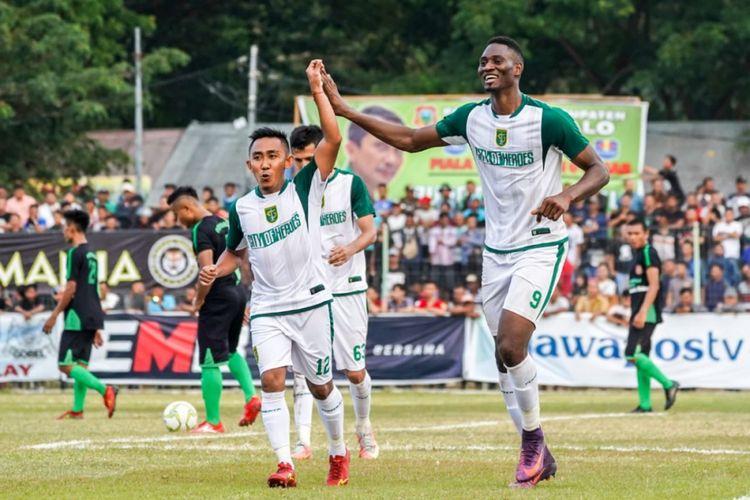 Rendi Irwan (kiri) dan Amido Balde (kanan) saat merayakan gol Persebaya Surabaya ke gawang Persidago Gorontalo pada laga leg pertama 16 besar Piala Indonesia di Stadion 23 Januari, Selasa (19/02/2019).