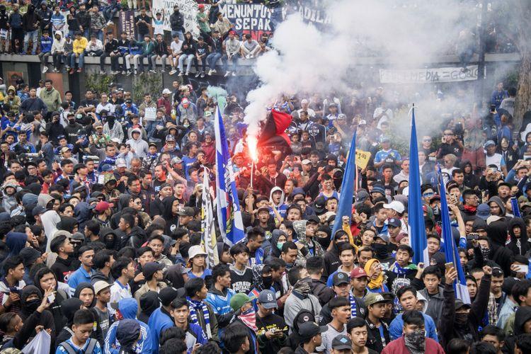 Sejumlah Bobotoh atau pendukung Persib Bandung melakukan aksi unjuk rasa di depan Gedung Sate, Bandung, Jawa Barat, Sabtu (13/3). Mereka memprotes kebijakan PSSI dalam memberi hukuman dan sanksi atas pendukung dan tim Persib karena dianggap tidak adil serta menuntut adanya revolusi dan reformasi di kepengurusan PSSI saat ini. ANTARA FOTO/Novrian Arbi/aww/18.