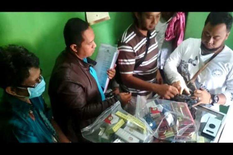 Tim Satreskrim Polres Madiun Kota menggeledah toko MS yang menjual obat penggugur kandungandi Jalan Yos Sudarso, Kelurahan Patihan, Kecamatan Manguharjo, Kota Madiun