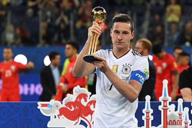 Gelandang Jerman, Julian Draxler, dianugerahi gelar Pemain Terbaik Piala Konfederasi 2017 seusai final di Saint Petersburg, Minggu (2/7/2017).