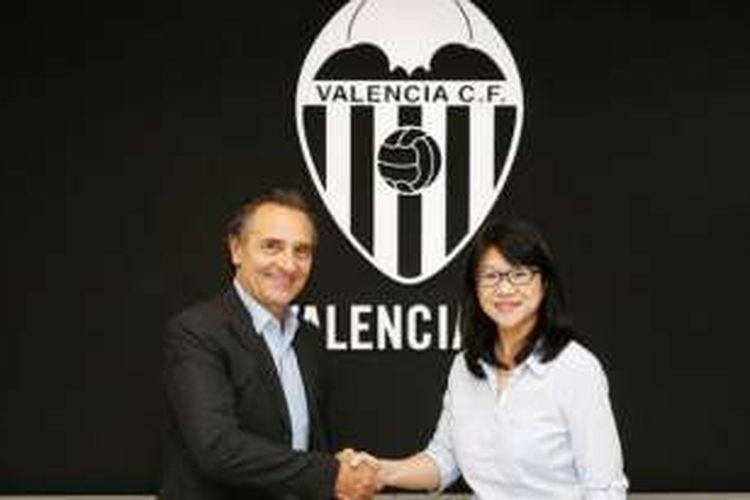 Cesara Prandelli berjabat tangan dengan Chairwoman LayHoon Chan saat penandatanganan kontrak sebagai pelatih baru Valencia, Sabtu (1/10/2016).