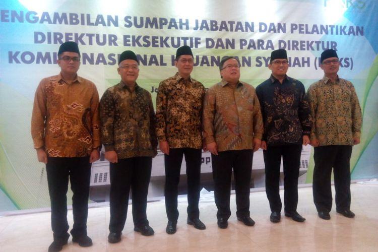 Menteri Perencanaan Pembangunan Nasional Republik Indonesia/Badan Perencanaan Pembangunan Nasional(PPN/Bappenas), Bambang Brodjonegoro berfoto bersama pejabat Komite Nasional Keuangan Syariah (KNKS) yang baru dilantik di Gedung Bappenas, Jakarta, Kamis (3/1/2019).