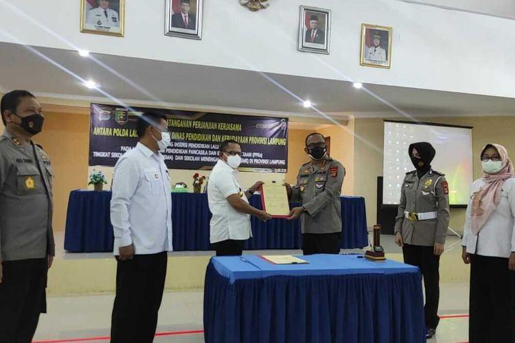 Perjanjian kerja sama soal pendidikan lalu lintas antara Ditlantas Polda Lampung dengan Disdikbud Lampung, Rabu (7/4/2021).