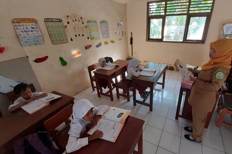 Siswa SD N Wonolagi,Desa Ngleri, Kecamatan Playen , Gunungkidul Sedang Belajar Selasa (16/7/2019)