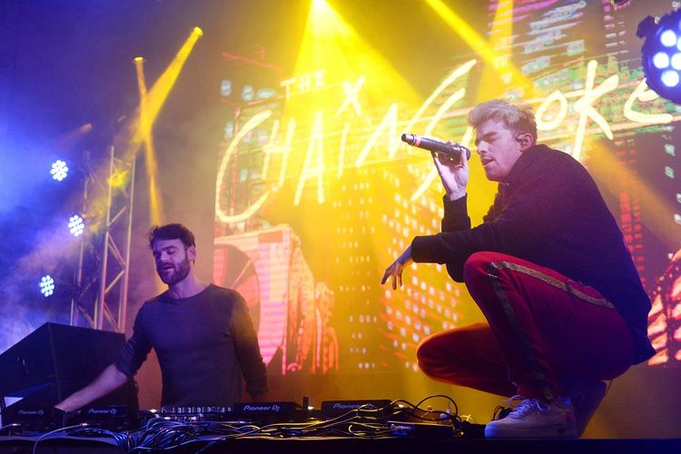 Alex Pall (kiri) dan Andrew Taggart dari The Chainsmokers tampil di panggung Fanatics Super Bowl Partydi di Minneapolis, Minnestoa, pada 3 Februari 2018.