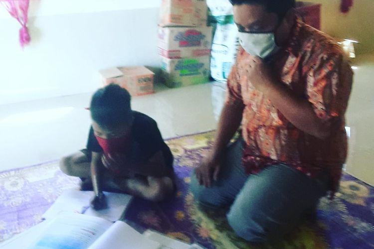 Suasana Suardi mendatangi rumah  siswa belajar di Kecamatan Uluere Bantaeng, Sulawesi Selatan.