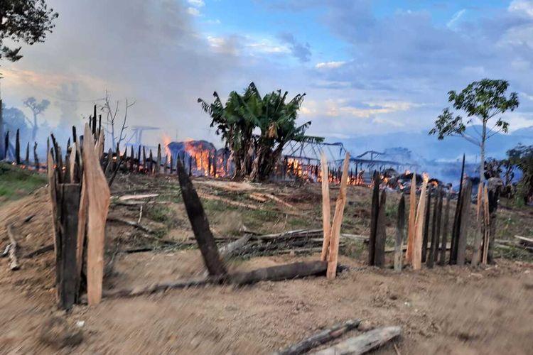 Kondisi Kampung Meagama, Distrik Hubikosi, dimana terdapat 10 honai terbakar akibat bentrok antar dua massa, Jayawijaya, Papua, Rabu (19/8/2020)
