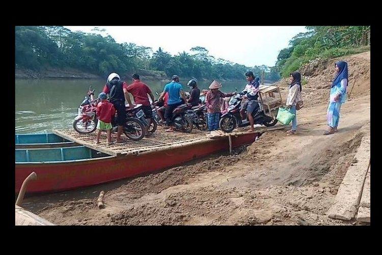 Warga di Padaherang, Kabupaten Pangandaran, Jawa Barat, hilir mudik ke Cilacap, Jawa Tengah dengan menaiki rakit penyeberangan.