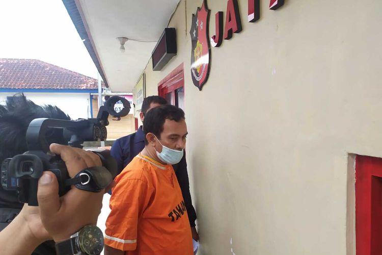FH (45) warga Kecamatan Panjang yang diduga sebagai gembong preman di Pelabuhan Panjang ditangkap polisi.