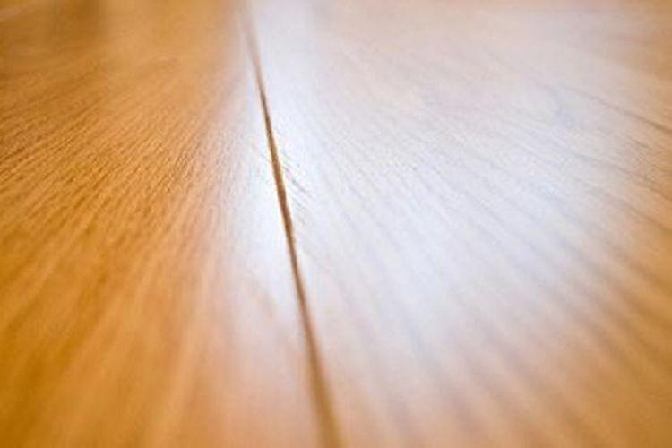 Kayu solid sendiri adalah kayu utuh dari atas sampai bawa dengan ketebalan sekitar 15 centimeter. Kayu yang biasa digunakan untuk solid, adalah Jati, Merbau, Kempas, Sonokeling.