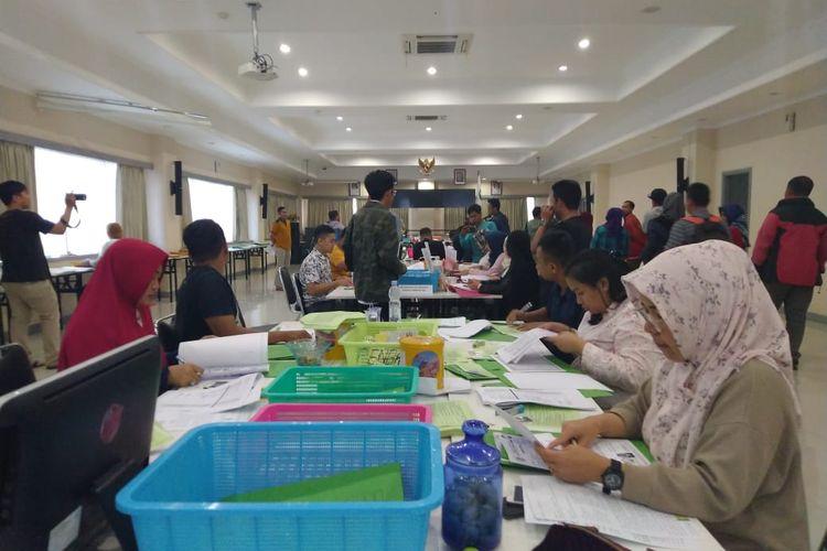 Tim dari Badan Kepegawaian Daerah (BKD) sedang memeriksa kelengkapan berkas pelamar CPNS di Kantor BKD Kaltim, Jalan M Yamin, Samarinda, Sabtu (23/11/2019).