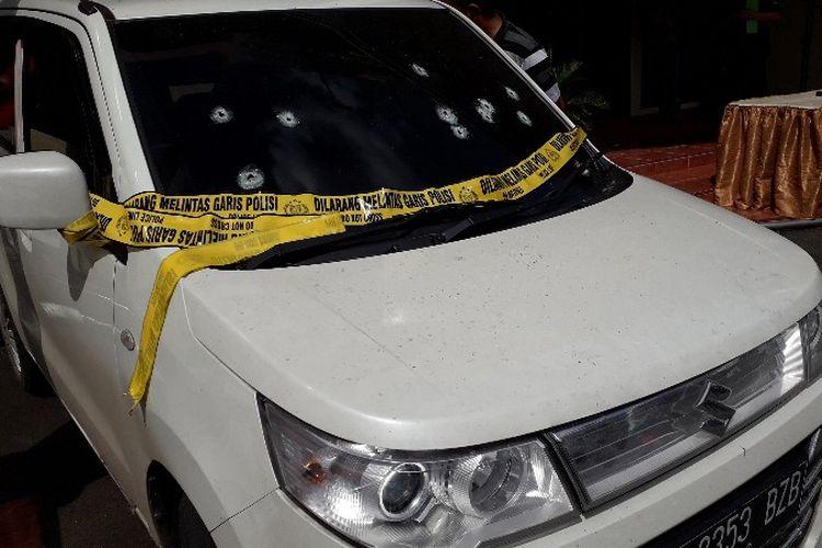Barang bukti pengungkapan kasus penyekapan penumpang GrabCar di Mapolsek Jakarta Barat pada Jumat (27/4/2018).