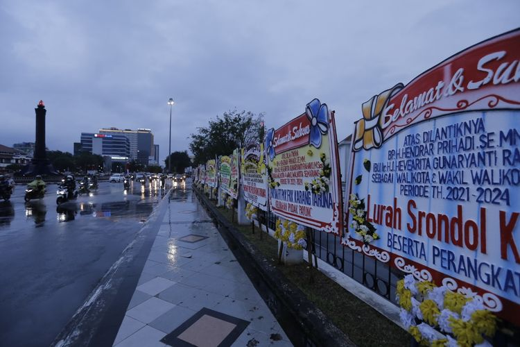 Deretan karangan bunga dari seluruh lapisan masyarakat Kota Semarang sebagai dukungan atas dilantiknya Hendrar Prihadi sebagai Wali Kota terpilih.