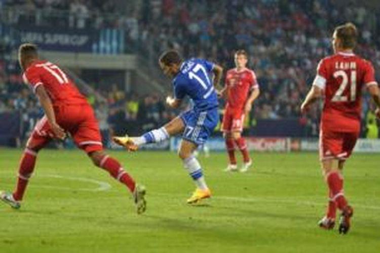 Gelandang Chelsea, Eden Hazard (biru), melepaskan tendangan yang membobol gawang Bayern Muenchen pada laga Piala Super Eropa di Stadion Eden, Praha, Jumat atau Sabtu (31/8/2013) dini hari WIB.