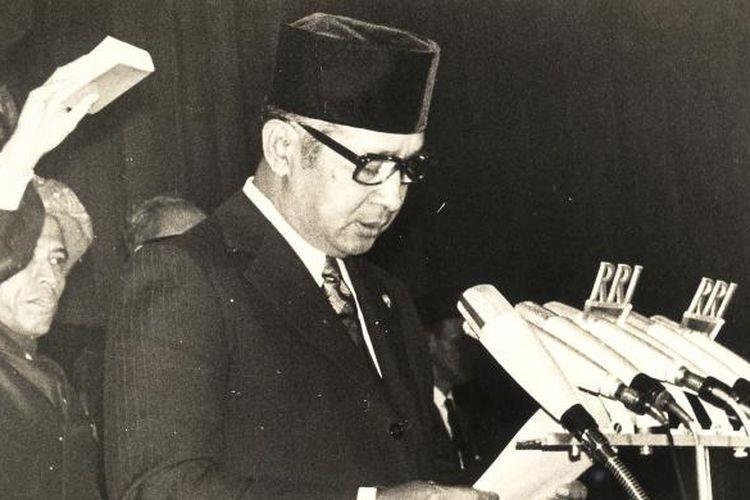 Presiden Soeharto saat dilantik dan diambil sumpahnya menjadi Presiden pada 27 Maret 1968.