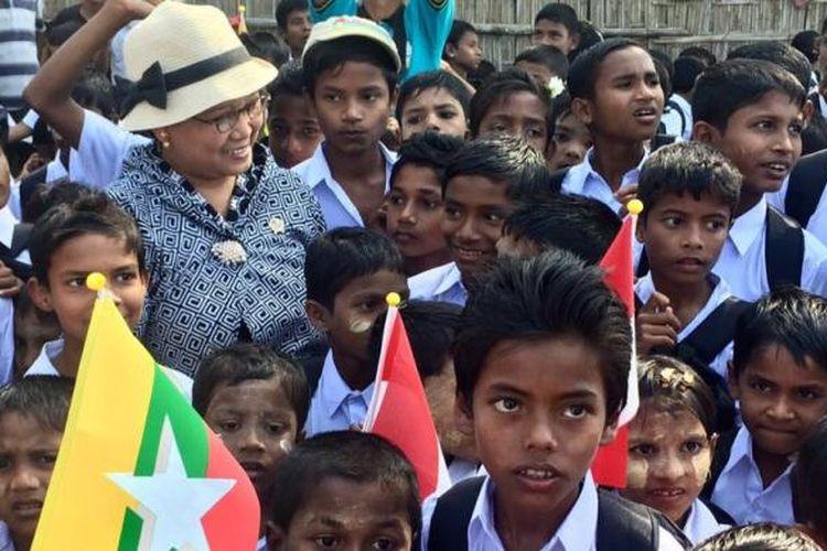 Menteri Luar Negeri Retno Marsudi bersama para siswa di Rhakine State, Myanmar, Sabtu (21/1/2017). Sumber: Dokumentasi Kementerian Luar Negeri