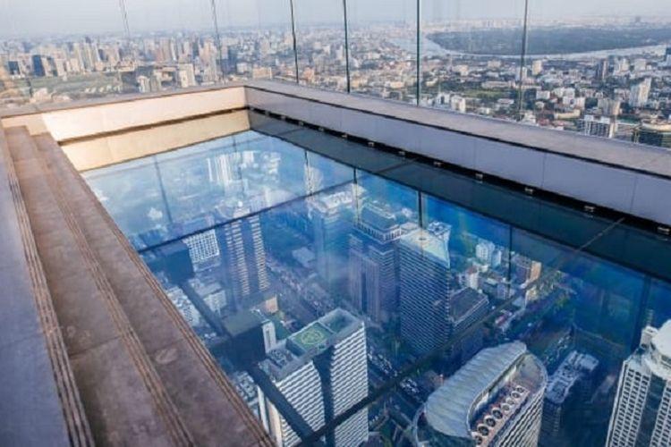 Dari elevator, wisatawan bisa naik satu tingkat untuk menyaksikan pemandangan dek observasi.