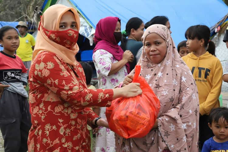 Ketua Dharma Wanita Persatuan (DWP) Kementerian Ketenagakerjaan (Kemnaker) Istiqomah Anwar Sanusi menyerahkan paket bantuan sembako kepada korban gempa bumi di Mamuju, Sulawesi Barat (Sulbar), Kamis (18/3/2021).