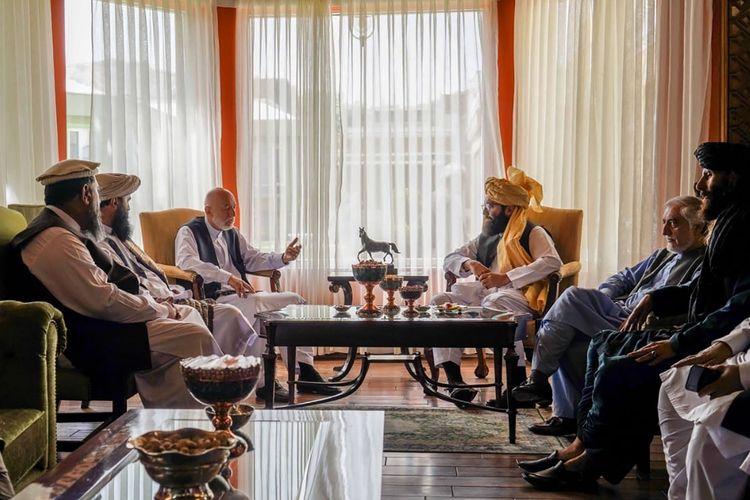 Foto yang dirilis dari Taliban memperlihatkan mantan presiden Afghanistan, Hamid Karzai (kiri tengah); pemimpin senior kelompok Haqqani, Anas Haqqani (kanan tengah); Kepala Dewan Rekonsiliasi Nasional Afghanistan dan mantan negosiator pemerintah dengan Taliban, Abdullah Abdullah (kedua dari kanan); serta para delegasi Taliban lainnya, dalam pertemuan di Kabul, Rabu (18/8/2021).