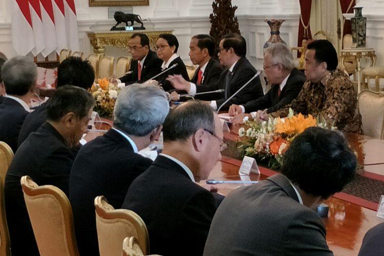 Presiden Joko Widodo bertemu mantan Perdana Menteri Jepang Yasuo Fukuda di Istana Merdeka, Jakarta, Jumat (27/10/2017).