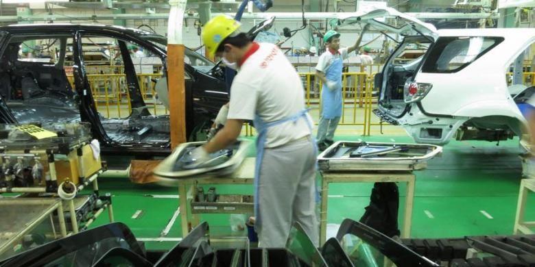 Perakitan mobil di Toyota Motor Manufacturing Indonesia, Karawang, yang memproduksi kijang innova dan fortuner Senin (3/12/2012). Selain pasar domestik, kendaraan yang diproduksi juga diekspor ke 28 negara dalam bentuk mobil jadi atau completly build up. Hingga Oktober 2012, TMMIN telah memproduksi sebanyak 129.720 unit, 79.042 unit innova dan fortuner 50.678 unit.