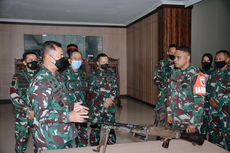 Satu pucuk senjata mesin ringan jenis Bren MK-III diserahkan warga ke Kodam XVI Pattimura, Rabu (1/9/2021)