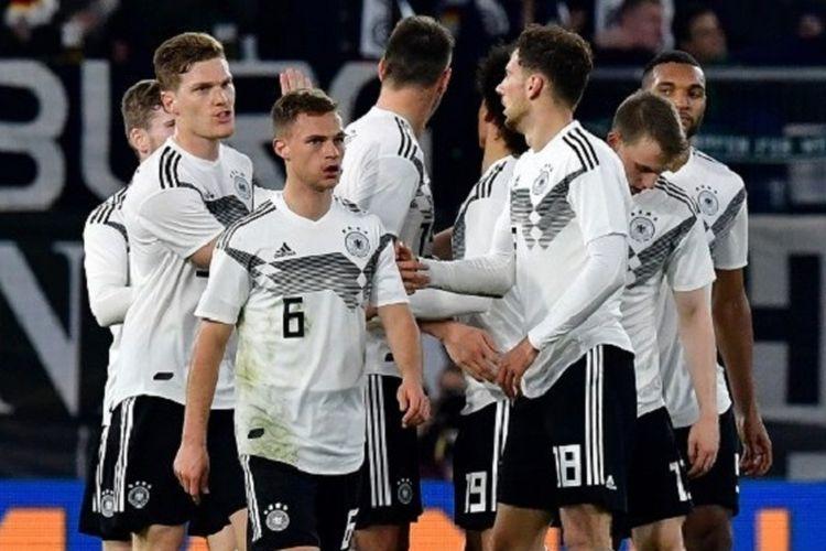 Para pemain Timnas Jerman menyelamati Leon Goretzka seusai mencetak gol pada pertandingan versus Timnas Serbia di Volkswagen Arena, 20 Maret 2019.