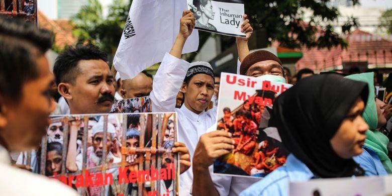 Puluhan orang berunjuk rasa di depan Kedutaan Besar (Kedubes) Myanmar di Jalan Agus Salim, Menteng, Jakarta Pusat, Sabtu (2/9/2017). Massa mengecam tindakan kekerasan terhadap umat Islam Rohingya dan menyerukan agar duta besar Myanmar diusir dari Indonesia.