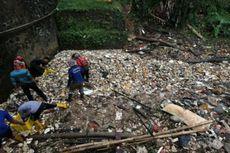 Petugas Dikerahkan, 1 Ton Sampah Sehari Diangkut dari Kali Baru Cimanggis