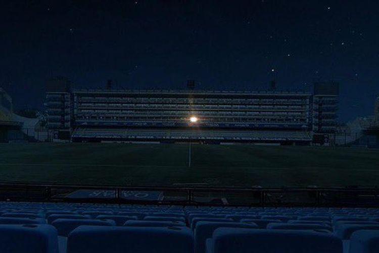Lampu Stadion La Bombonera, markas Boca Juniors, redup total pada Rabu malam (25/11/2020). Hanya satu lampu yang menyala terang, yakni dari boks VIP milik Diego Maradona sendiri.