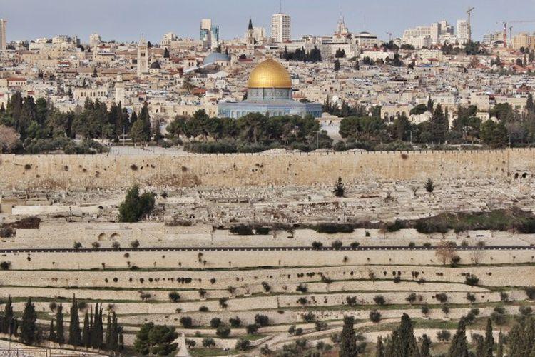 Kota Yerusalem, dianggap kota suci dan diperebutkan Palestina dan Israel.