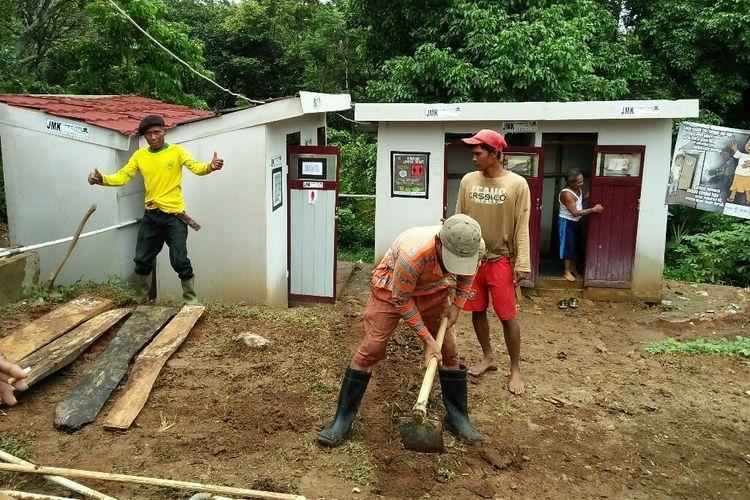 Warga bengisi kesibukan dengan bergotong royong memperbaiki fasilitas umum di huntara Desa Way Muli Timur Lampung Selatan
