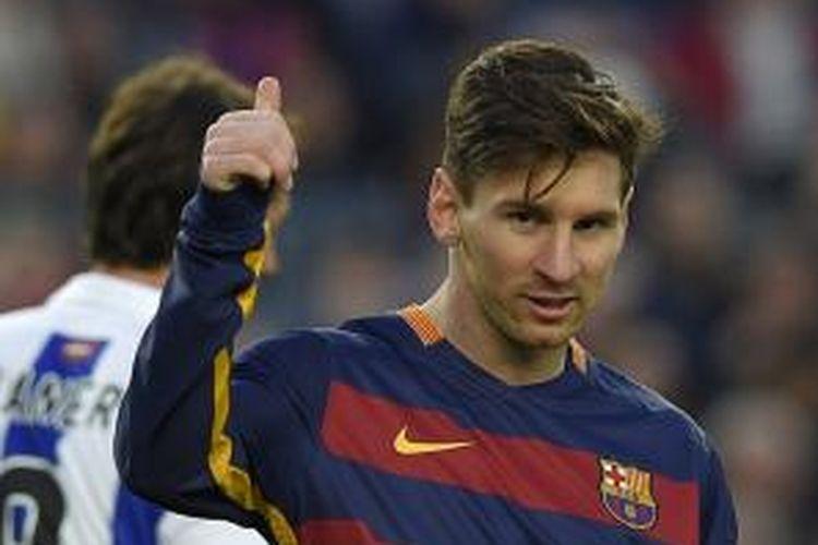 Penyerang Barcelona, Lionel Messi, tampil pada laga Primera Division La Liga kontra Real Sociedad di Stadion Camp Nou, Sabtu (28/11/2015).