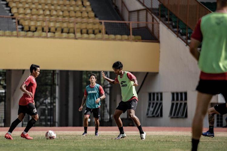 Pemain PS Sleman berlatih di Stadion Wibawa Mukti, Cikarang, Kabupaten Bekasi, Jawa Barat, pada Jumat (11/6/2021).