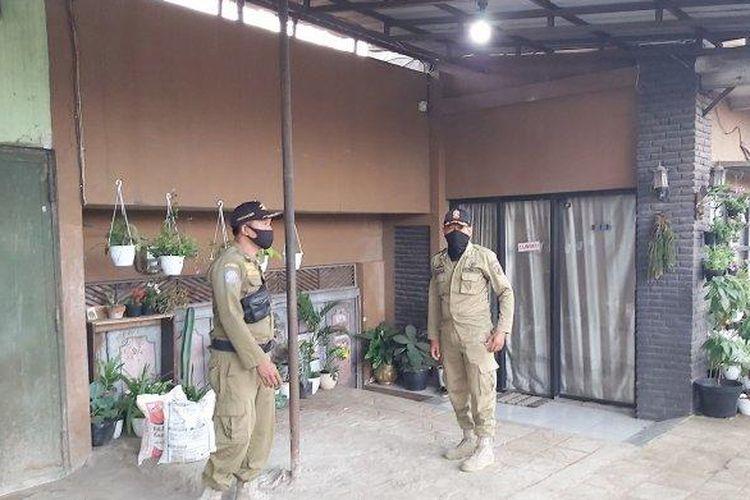 Petugas Satpol Kota Pekalongan saat berada di lokasi yang viral (TRIBUN JATENG/INDRA DWI PURNOMO)