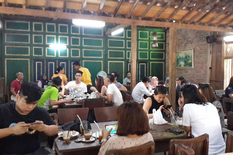 Warung Kopi Klotok biasa dipadati pengunjung pada saat jam makan siang. Para pecinta kuliner bisa mencicipi aneka makanan khas Jawa di rumah makan yang berada di Kabupaten Sleman, Yogyakarta.A