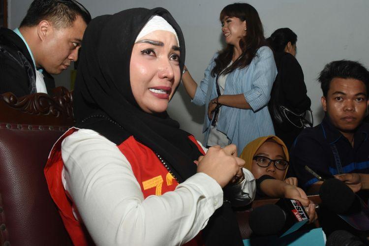 Aktris Roro Fitria (tengah) menangis saat menjawab pertanyaan awak media disela skors sidang perkara penyalahgunaan narkoba dengan agenda pembacaan duplik di Pengadilan Negeri Jakarta Selatan, Rabu (17/10/2018). Dalam sidang tersebut Roro meminta keringanan hukuman karena dirinya membantah sebagai pengedar melainkan pengguna, sementara sidang putusan akan digelar pada Kamis (18/10). ANTARA FOTO/Indrianto Eko Suwarso/hp.
