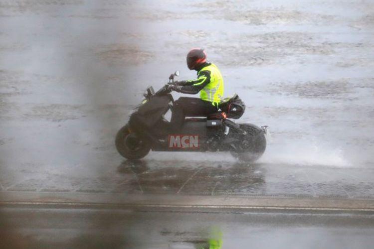 BMW CE 04 sedang dites di trek basah