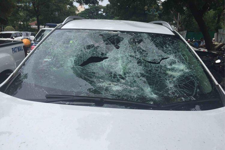 Mobil merek Nissan Xtrail dirusak sekelompok pengenudi ojek online di Underpass Senen, Jakarta Pusat, pada Rabu (28/2/2018).