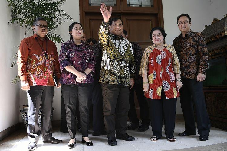 Ketua Umum PDI Perjuangan Megawati Soekarnoputri (kedua kanan) didampingi Puan Maharani (kedua kiri), Prananda Prabowo (kanan) serta Sekjen PDI Perjuangan Hasto Kristianto (kiri) menerima Ketua Umum Partai Gerindra Prabowo Subianto (tengah) di kediaman Jalan Teuku Umar, Jakarta, Rabu (24/7/2019).  ANTARA FOTO/Puspa Perwitasari/hp.
