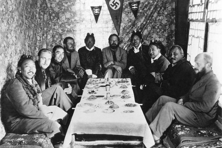 Bruno Beger, kedua dari kiri, dan rekan-rekannya dalam sebuah pertemuan di Lhasa, Tibet, pada 1939.