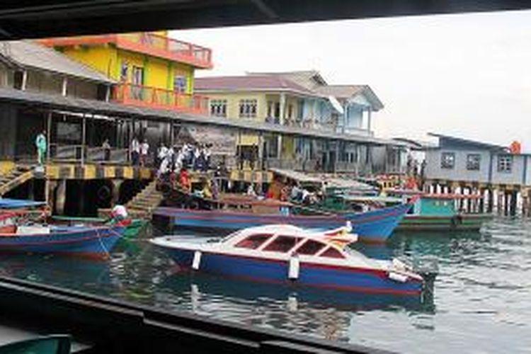 Suasana kedai kopi Loka yang menghadap laut.