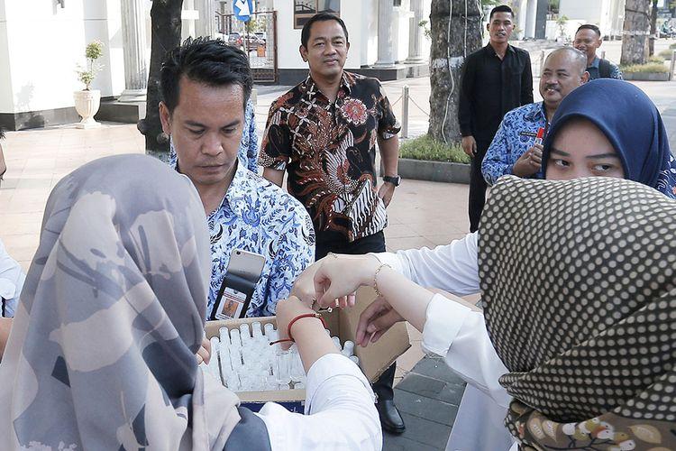 Pembagian 1.500 Hand Sanitizer oleh Pemkot Semarang