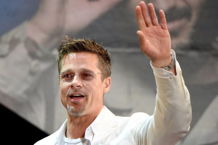 Aktor asal Amerika Serikat Brad Pitt menyapa penggemarnya di Jepang saat dia menghadiri pemutaran filmnya, War Machine, di Tokyo pada 23 Mei 2017.