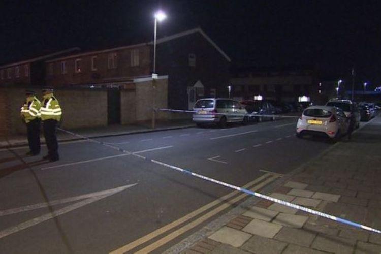 Polisi mengamankan area di dekat bandara London City, setelah penemuan bom era Perang Dunia II di Sungai Thames, Minggu (11/2/2018). (BBC)