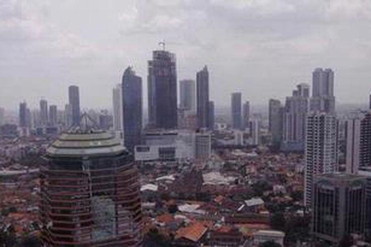 Lanskap Kota Jakarta dengan gedung-gedung pencakar langit dan pemukiman penduduk, Jumat (1/3/2013).