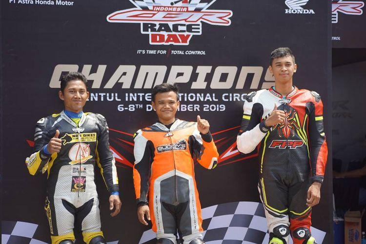 Para pemenang seri ketiga Indonesia CBR Race Day 2019 pada kelas Komunitas A 250cc.