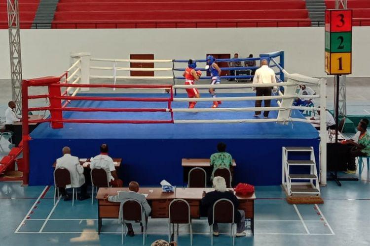 Pertandingan eksebisi pada pembukaan Kejurda Tinju Papua, di Mimika Sport Complex (MSC), Rabu (21/11/2018)